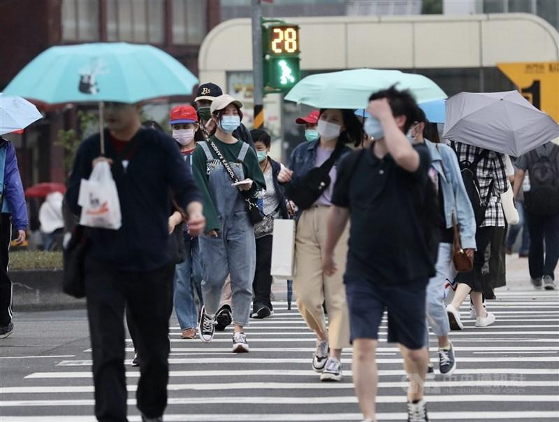 氣象局表示,18日中部以北、各地山區易有午後雷陣雨。(中央社檔案照片)