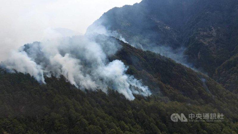 嘉義林管處轄管玉山事業區第52林班16日清晨發生森林火災,林管處估計火場延燒面積約4公頃;17日空拍影像可見大量濃煙。(嘉義林管處提供)中央社記者蔡智明傳真 110年5月17日