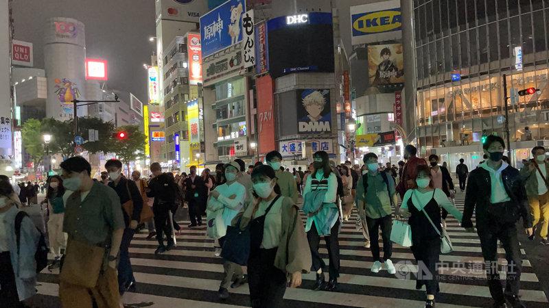 日本朝日新聞最新民調顯示,日本首相菅義偉內閣支持率跌至33%,創新低。有67%的民眾不滿菅內閣的防疫作為。圖為16日適用緊急事態宣言的東京澀谷,晚間街頭行人仍多。中央社記者楊明珠東京攝  110年5月17日