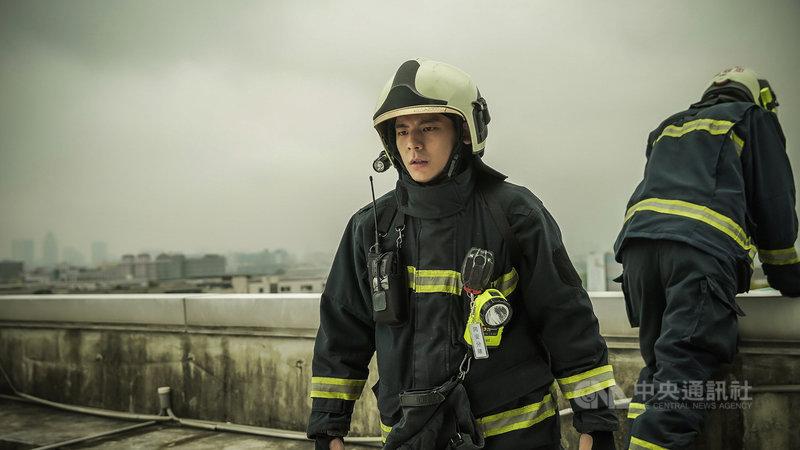 在戲劇「火神的眼淚」中,林柏宏(圖)飾演的消防員目睹民眾墜樓不治,心理受到衝擊,誘發創傷後壓力症候群(PTSD)症狀甚至影響到工作。(公共電視、myVideo提供)中央社記者葉冠吟傳真 110年5月17日