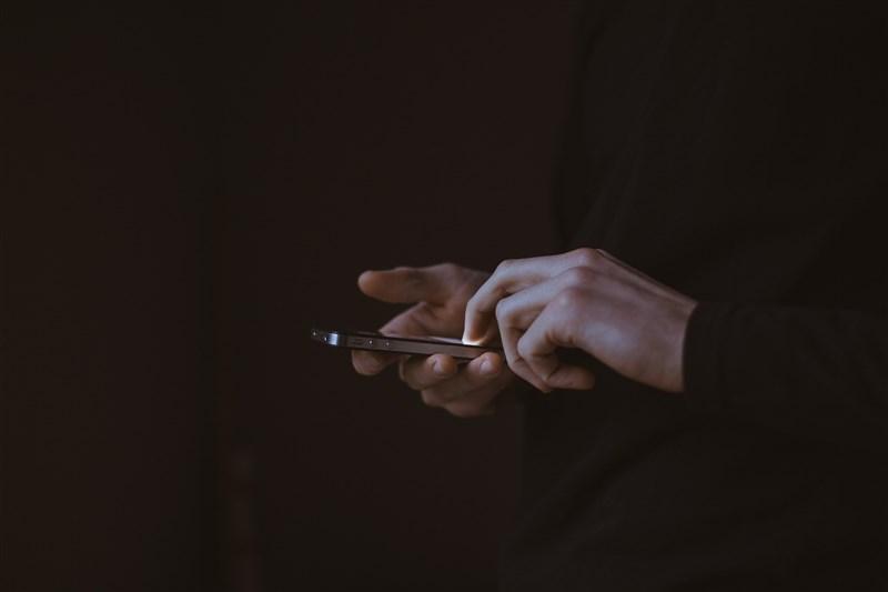 國內疫情升溫,Gogolook旗下陌生來電辨識軟體Whoscall發現,民眾透過聊天機器人「美玉姨」查證的可疑訊息量激增,最高峰時每分鐘超過3000則。(圖取自Pixabay圖庫)