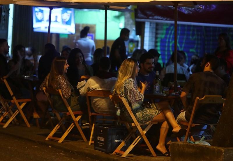 巴西衛生當局16日通報,過去24小時境內新增4萬941起2019冠狀病毒疾病確診病例。圖為13日巴西里約熱內盧民眾聚集在酒吧。(路透社)