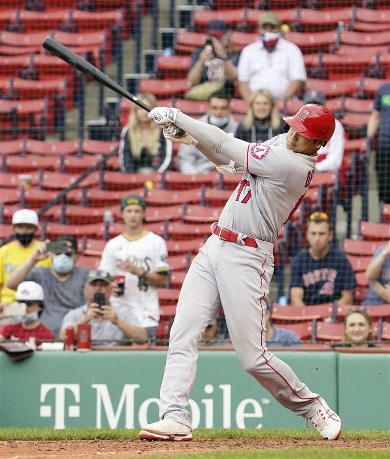 大谷翔平(前)16日從波士頓紅襪終結者巴恩斯手中敲出2分砲,助洛杉磯天使以6比5勝出,個人也以本季12轟並列聯盟全壘打王。(共同社)