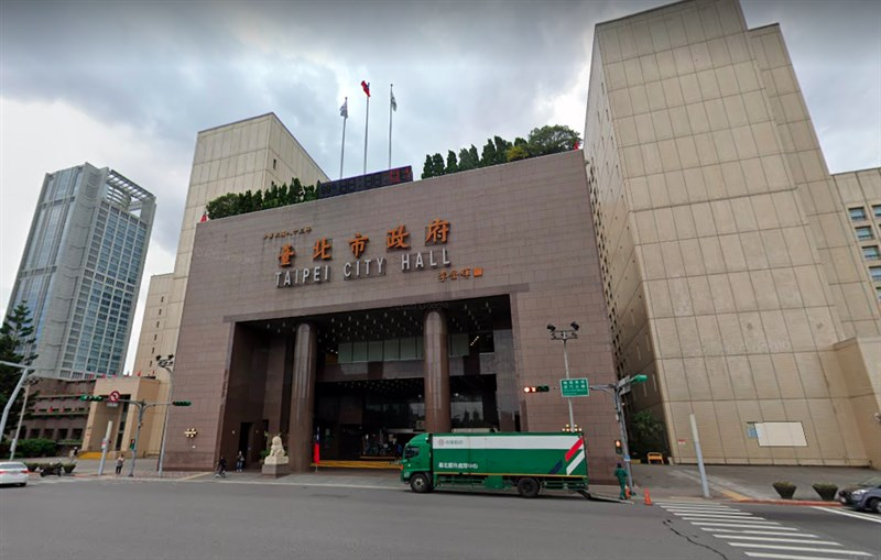 台北市府隨即17日開始啟動異地辦公與居家辦公,但有公務員反映因設備問題,不僅無法異地辦公,想在家上班也很難。圖為台北市政府。(圖取自Google地圖網頁google.com/maps)