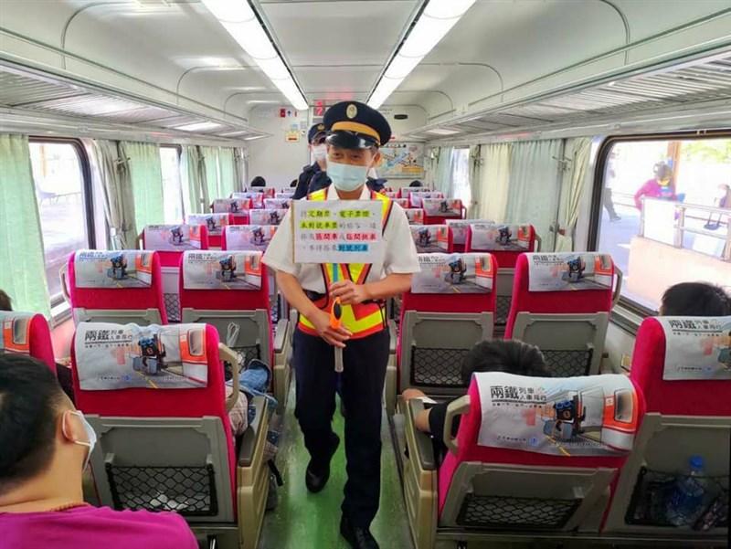 台鐵16日通報,2名旅客搭乘列車時,都未戴口罩並對其他乘客咆哮,除通知鐵路警察處理外,都交由衛生局裁罰。圖為台鐵人員在列車上宣導事項。(圖取自facebook.com/TaiwanRailwayAdministration)