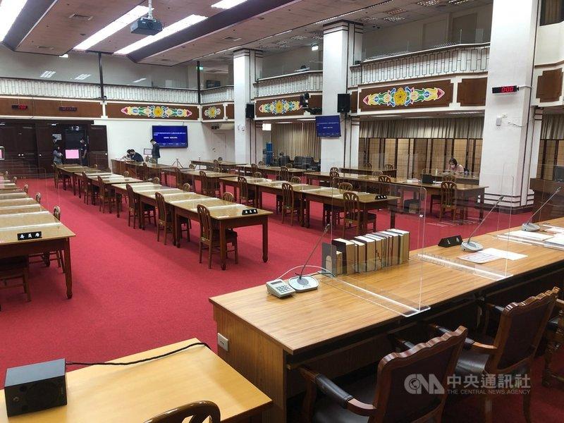立法院強化防疫作為,在委員會會議室架設隔板,座位採梅花座彼此錯開。中央社記者王承中攝 110年5月18日