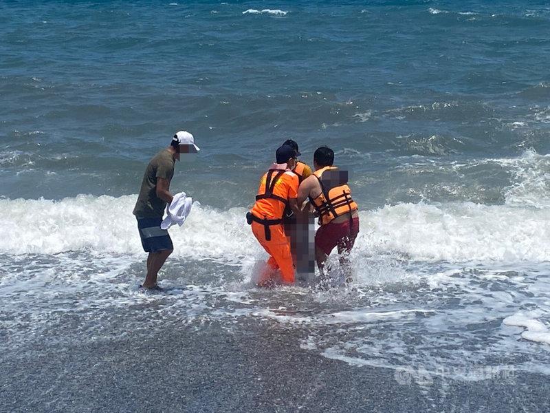 宜蘭縣南方澳內埤海灘18日發生溺水事件,一名穿著白色上衣、墨綠色褲子的男子被海巡人員拉上岸後送醫不治,後續交由警方處理。(海巡署提供)中央社記者沈如峰宜蘭傳真 110年5月18日
