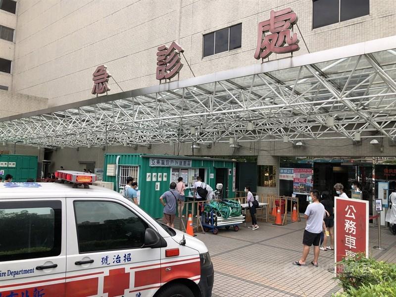 亞東醫院爆發院內感染事件,其中1確診者17日死亡。院方今天指出,死者高齡且有多重慢性疾病。圖為亞東醫院急診室。 中央社記者王騰毅攝 110年5月17日