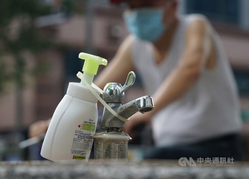 COVID-19本土疫情嚴峻,民眾應隨時注意手部衛生。(中央社檔案照片)
