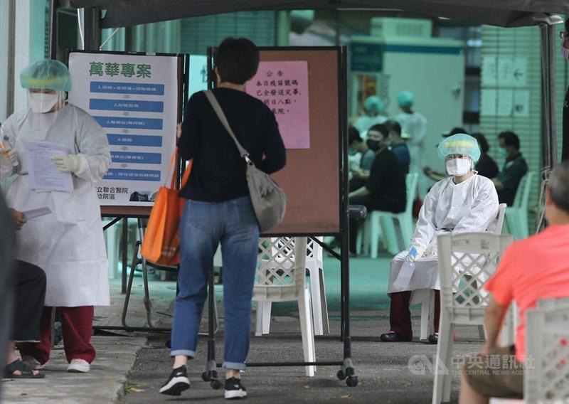 台大醫院院長吳明賢18日呼籲,民眾如輕症或無症狀請到社區採檢站,勿衝急診耗費醫療資源。圖為北市和平醫院快篩站。(中央社檔案照片)