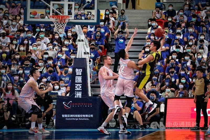 P. LEAGUE+台北富邦勇士隊(粉色球衣)9日在總冠軍賽第2戰奪勝,把系列賽比數扳成1比1平手。中央社實習記者江愷庭攝 110年5月9日
