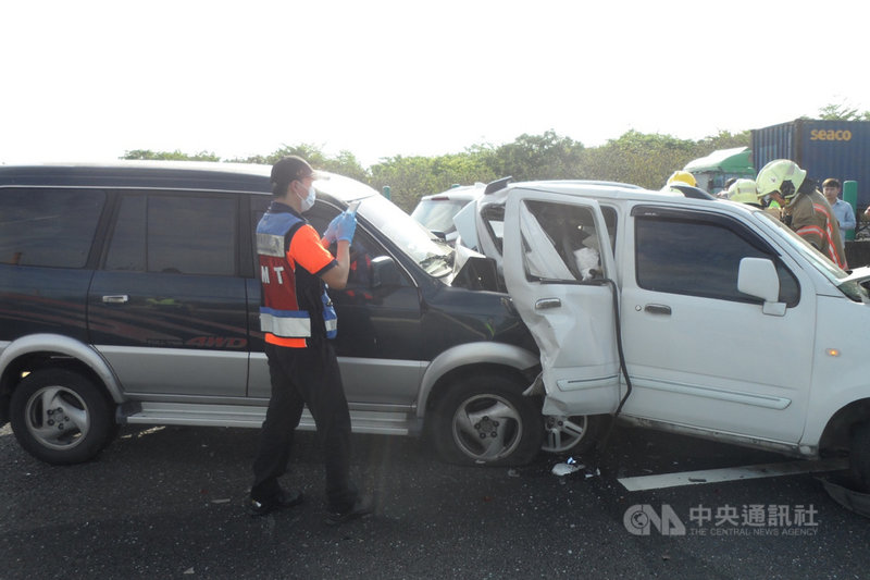 國道1號南下332.7公里台南仁德段18日上午發生一起5車追撞事故,車輛扭曲變形,消防局獲報立即到場救援。(讀者提供)中央社記者楊思瑞台南傳真 110年5月18日