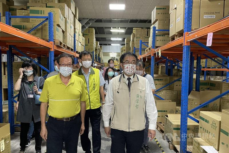 台南市長黃偉哲(前右)18日下午前往學甲區格安德工業公司視察,了解口罩產線運作情形,並呼籲民眾適量採買,不要囤積,目前國內產能都是充足的。中央社記者楊思瑞攝 110年5月18日