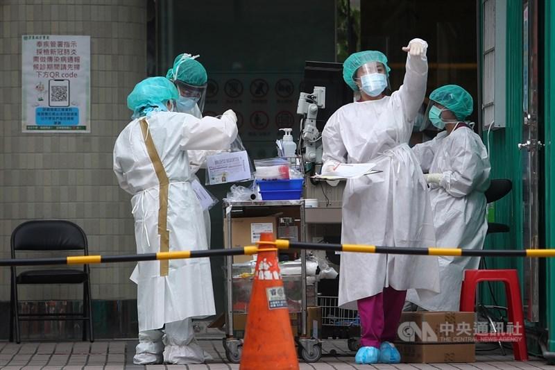台灣新增333個本土確診病例,連3天破百。圖為新北市板橋區亞東醫院爆發院內傳染案件,醫院戶外篩檢區醫護人員忙著進行COVID-19篩檢作業。中央社記者王騰毅攝 110年5月17日