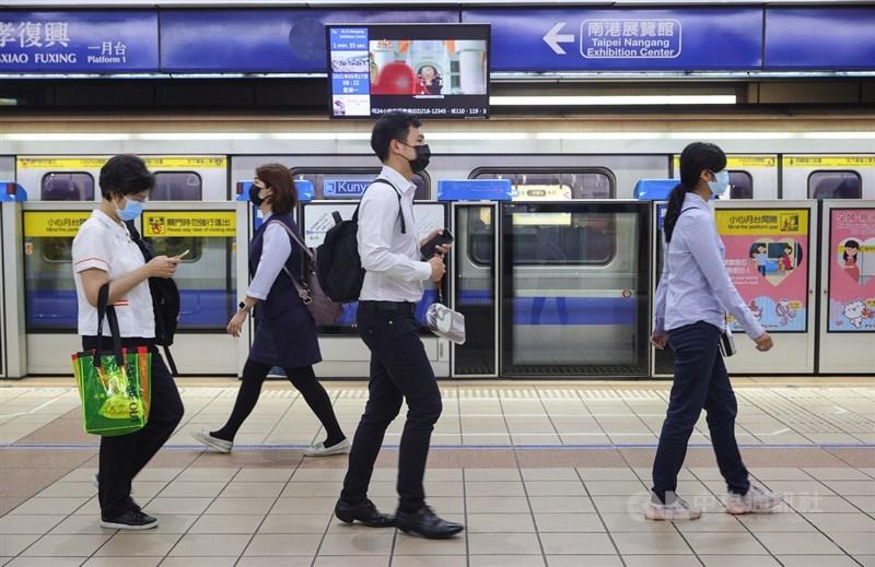 武漢肺炎本土案例增加,台北市、新北市進入第三級警戒,台北捷運忠孝復興站17日上午上班時間,搭乘捷運的民眾都戴上口罩。中央社記者謝佳璋攝 110年5月17日