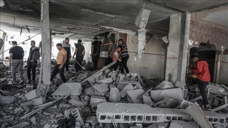 以色列軍方17日空襲加薩走廊。圖為民眾在被攻擊後的廢墟裡。(安納杜魯新聞社)