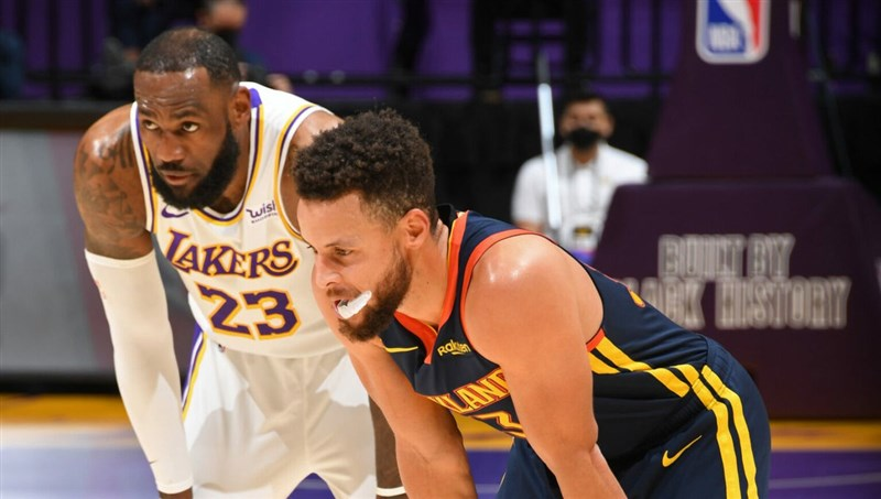 NBA柯瑞(右)、詹姆斯(左)率領的球隊再於季後賽正面交鋒,但這次的對決提前在附加賽,為附加賽增添不少看點。(圖取自twitter.com/NBA)
