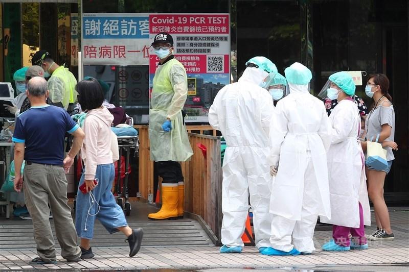 亞東醫院爆發武漢肺炎(2019冠狀病毒疾病,COVID-19 )院內感染事件,其中1確診者死亡;全院醫護2次採檢出現2護理師陽性反應送隔離。圖為18日亞東醫院戶外篩檢區情形。中央社記者王騰毅攝 110年5月18日