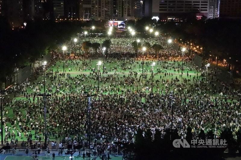港媒引述消息,稱北京將以前所未有的強硬手段處理六四紀念活動,悼念活動可能被定位為非法集結。圖為2020年港島維多利亞公園六四燭光晚會。(中央社檔案照片)