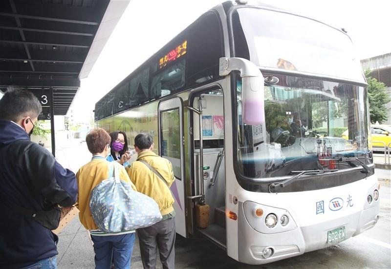 疫情升溫,部分客運業者宣布採實聯制,如果旅客不願配合就無法搭車。(中央社檔案照片)