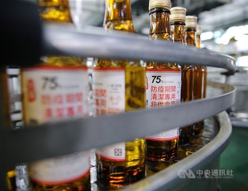 財政部17日表示,即日起週一至週五早上9時,將於台酒110個營業所及門市,統一開賣300ml的75%防疫酒精,每人限購3瓶。(中央社檔案照片)