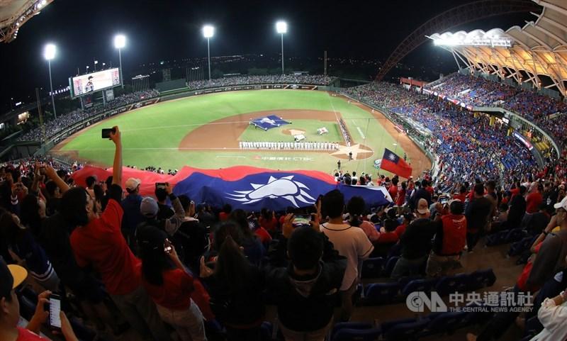 奧運棒球5搶1最終資格賽原定6月16日在台中舉行,由於台灣本土疫情嚴峻,可能改在美國舉辦。圖為2019年在台中洲際棒球場舉行的世界12強棒球賽。(中央社檔案照片)