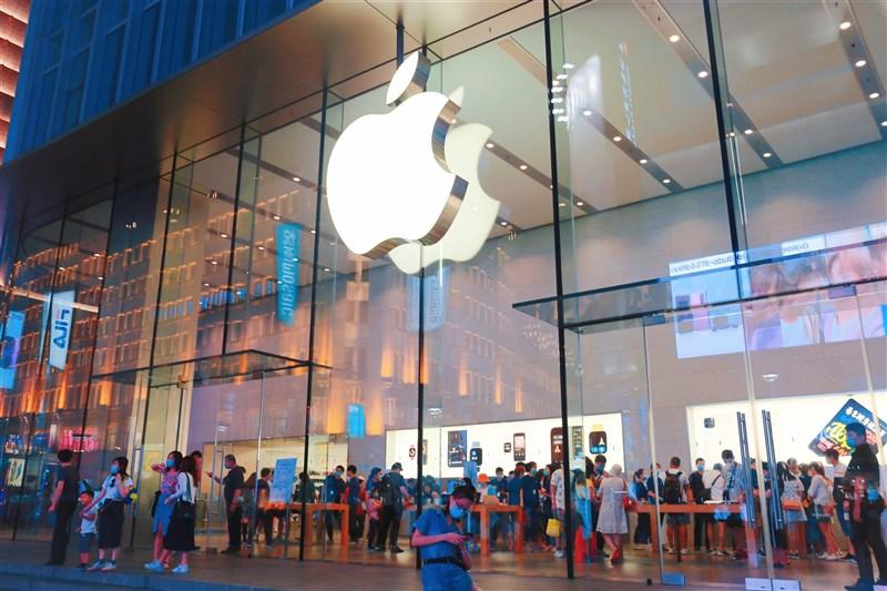 紐約時報17日刊出調查報導,指出蘋果公司向北京當局低頭,將台獨列為不能在應用程式出現的議題。圖為蘋果在上海的門市。(中新社)