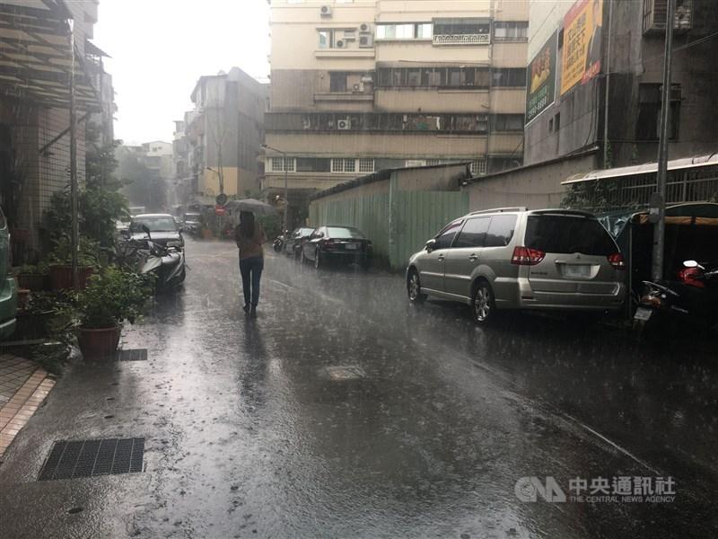 中央氣象局18日下午更新大雨特報,午後對流雲系發展旺盛,易有短時強降雨,大台北、基隆地區及宜蘭山區有局部大雨發生。中央社記者趙敏雅攝 110年5月18日