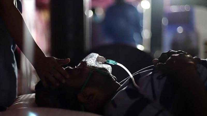 一份最新報告顯示,為報導印度武漢肺炎疫情而身處前線的印度記者已有超過300人染疫不治。圖為印度病患7日在臨時搭建帳篷內使用供氧機。(安納杜魯新聞社)