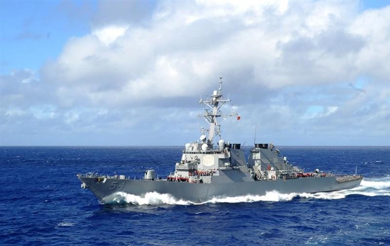 軍事專家梅復興22日呼籲台灣應供軍事設施做美軍「戰爭儲備盟邦」。圖為美國海軍勃克級飛彈驅逐艦「魏柏號」5月航行通過台灣海峽。(圖取自facebook.com/DDG54)