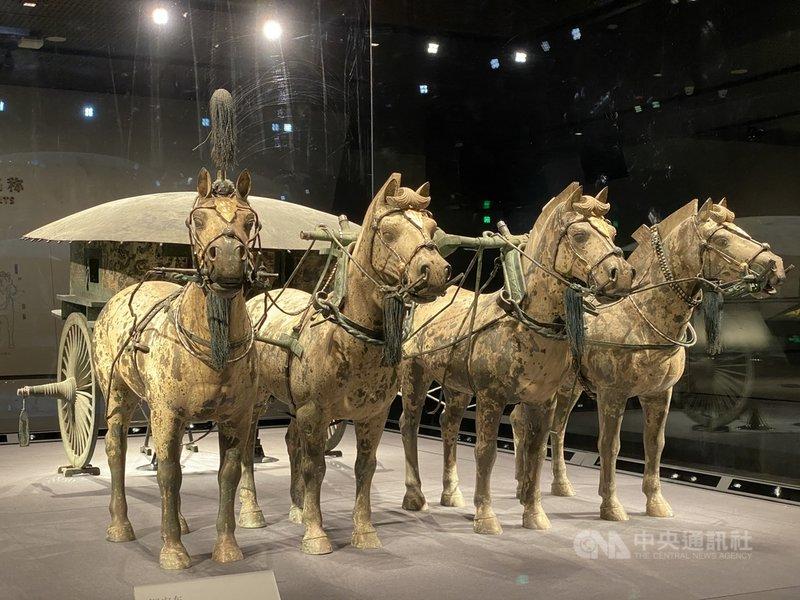 秦始皇帝陵銅車馬博物館18日落成,目前展出的兩輛銅車馬中,二號車(圖)為修復完成的原件。中央社記者繆宗翰陝西西安攝 110年5月19日