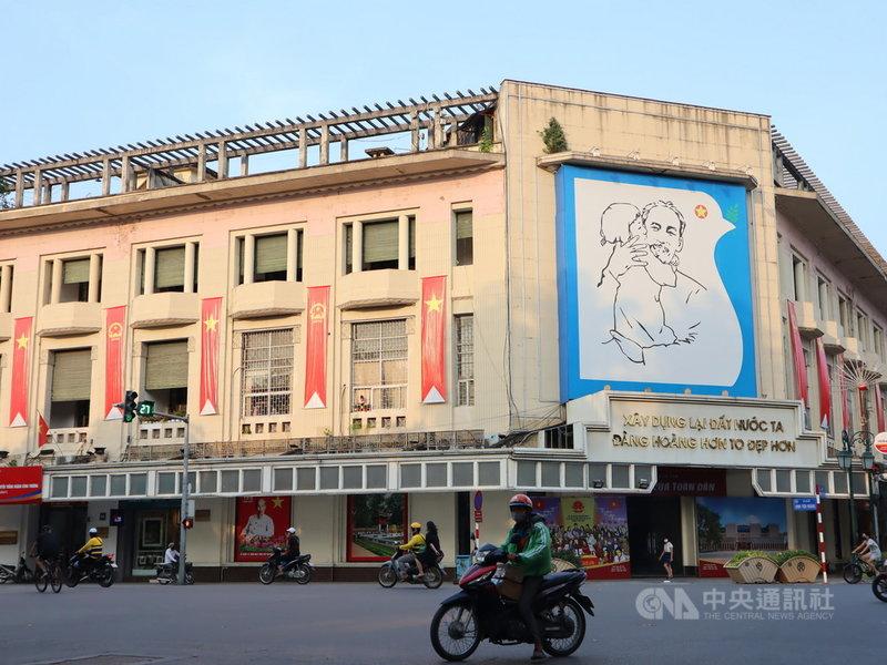 5月19日是越南國父胡志明的生日,河內街頭到處都可看見相關布置,慶祝他131歲冥誕。中央社記者陳家倫河內攝 110年5月19日