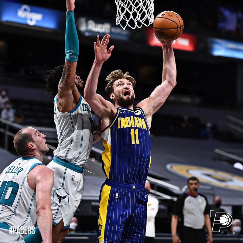 美國職籃NBA印第安納溜馬的沙波尼斯(前右)18日拿到14分、21籃板、9助攻的準大三元成績,助球隊以144比117轟垮夏洛特黃蜂。(圖取自twitter.com/pacers)