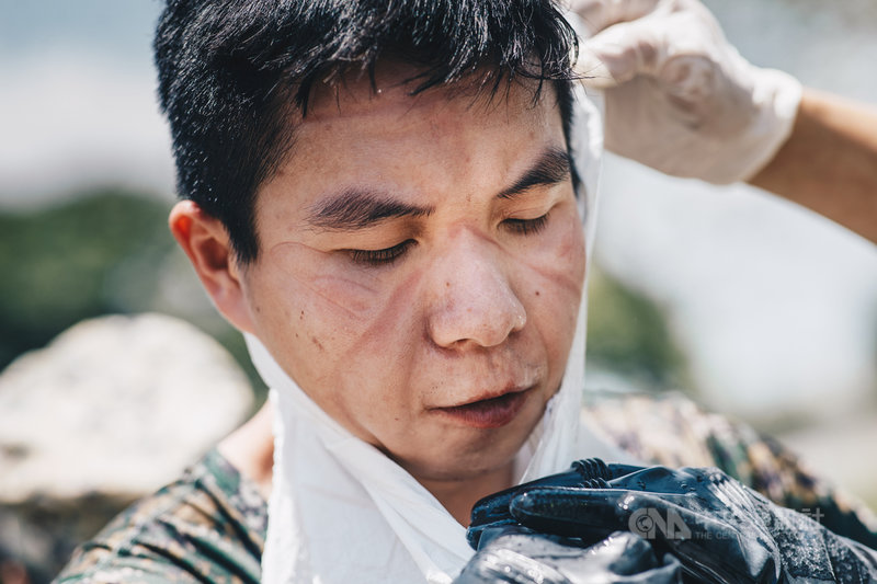 陸軍36化學兵群19日在彰化地區持續進行消毒作業,結束任務後,可見口罩在官兵臉上留下的痕跡。(軍聞社提供)中央社記者鍾佑貞傳真 110年5月19日