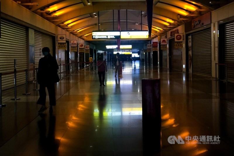 指揮中心19日宣布全國疫情警戒升至第三級。圖為板橋車站環球購物中心為避免民眾群聚,主動提高防疫規格,即起暫停營業加強環境消毒工作。中央社記者王騰毅攝 110年5月19日