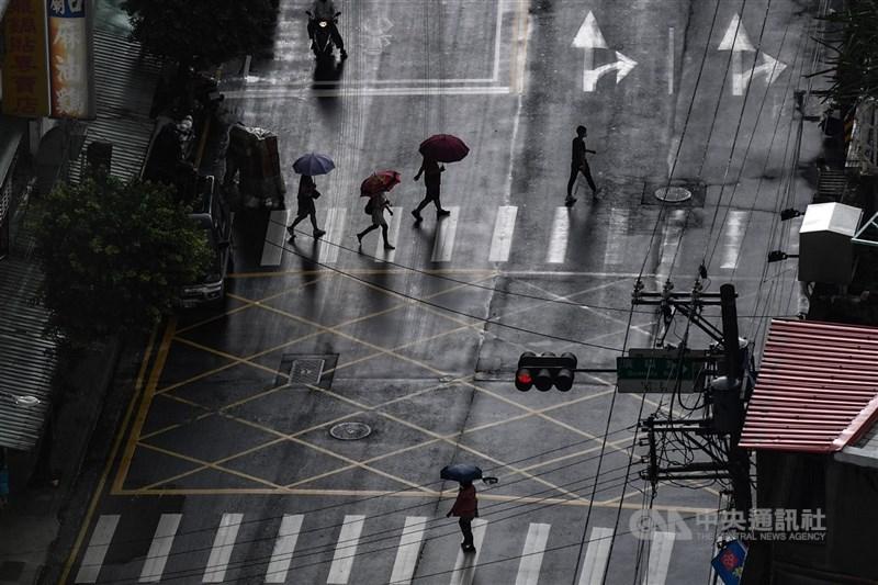 氣象專家吳德榮19日表示,目前觀察25日晚間至26日滯留鋒調整至台灣附近,有可能激發劇烈天氣及明顯降雨。(中央社檔案照片)