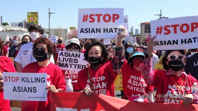 美國聯邦眾議院18日以壓倒性票數通過反歧視亞裔法案,預料本週將由總統拜登正式簽署生效。圖為3月27日洛杉磯韓國城數百人集結抗議仇恨亞裔事件。(中央社檔案照片)