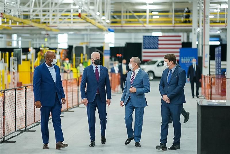 美國總統拜登(左2)18日前往福特汽車位於密西根州的電動車廠拜訪,將提出規模1740億美元的電動車計畫。(圖取自facebook.com/POTUS)