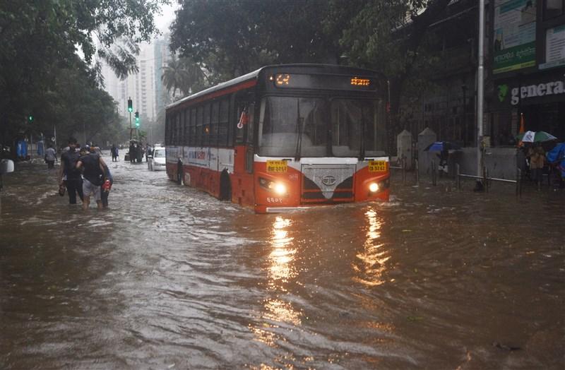 印度遭受強烈氣旋陶特襲擊,孟買街道淹水。(安納杜魯新聞社)