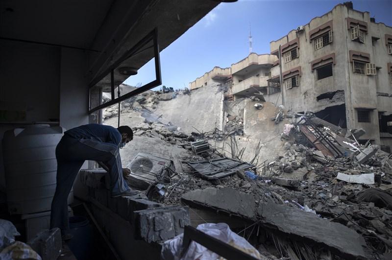 以色列面對停火呼聲高漲仍持續空襲巴勒斯坦,加薩衝突雙方18日出現更多死傷。圖為加薩地區建築被以軍空襲全毀。(美聯社)