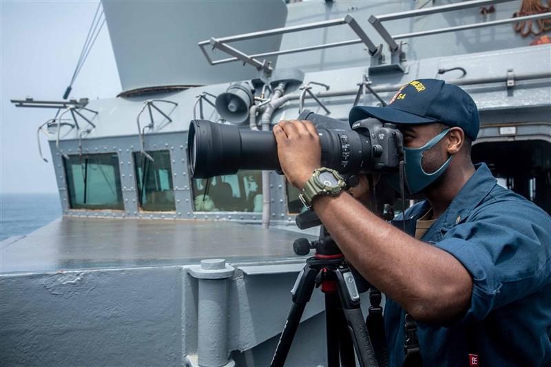 美國海軍第7艦隊指出,勃克級飛彈驅逐艦「魏柏號」18日航行通過台灣海峽。此為美國總統拜登就職以來,4個月內美軍驅逐艦第5次航行台海。(圖取自facebook.com/USPacificFleet)