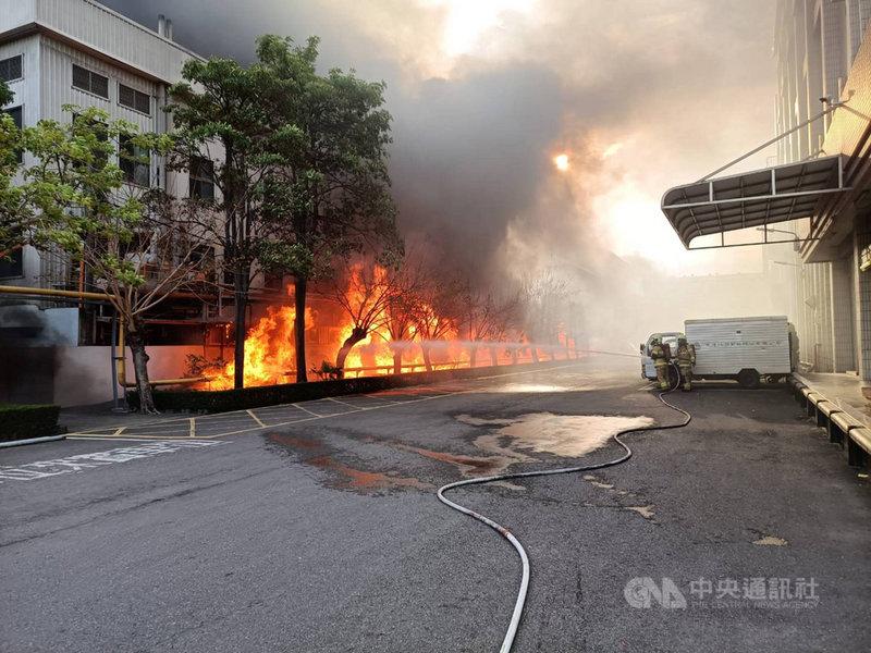 台南市新營區生達製藥子公司20日發生火警,火勢猛烈,現場不斷有爆炸聲,消防人員一度撤退,目前仍在灌救。(台南市消防局提供)中央社記者張榮祥台南傳真 110年5月20日