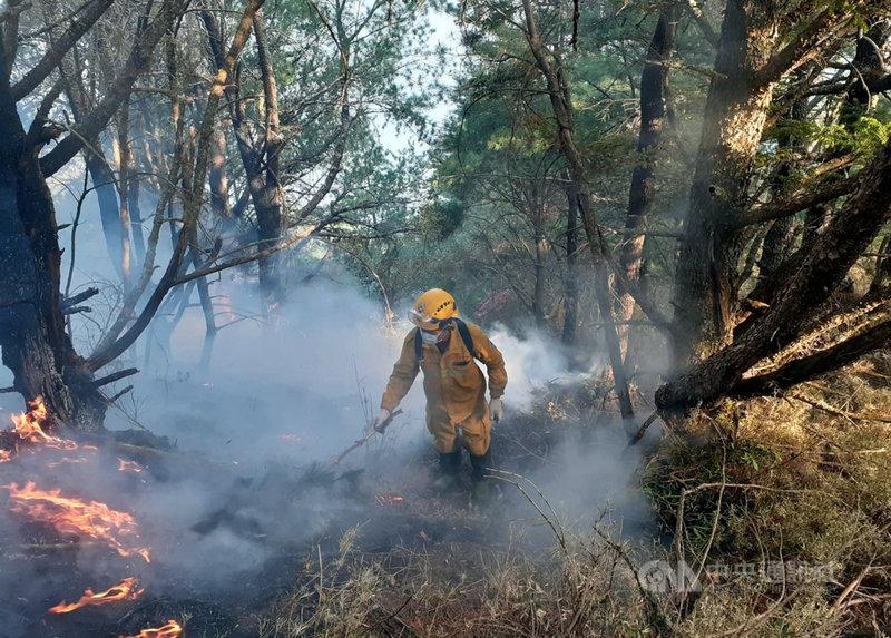 嘉義林管處轄管玉山事業區第52林班16日清晨發生森林火災,至20日火勢未歇,延燒面積逾52公頃;地面人力正全力搶救。(嘉義林管處提供)中央社記者黃國芳傳真  110年5月20日