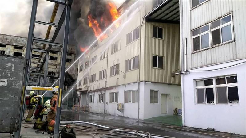 台南市新營區生達製藥子公司20日火警,現場火勢很大,不斷有爆炸聲,目前消防人員仍在灌救。(台南市消防局提供)中央社記者張榮祥台南傳真 110年5月20日