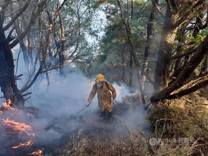 嘉義林管處轄管玉山事業區第52林班16日清晨發生森林火災,21日火勢仍未歇,林務局森林護管員在高山持續進行滅火作業。(嘉義林管處提供)中央社記者蔡智明傳真 110年5月21日