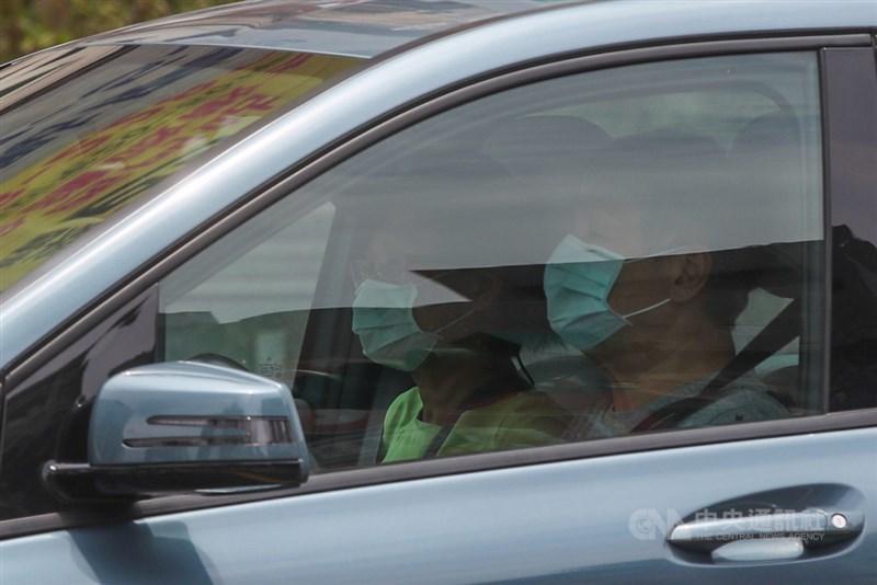 全台疫情升至第3級警戒,中央流行疫情指揮中心21日宣布,獨自駕車在密閉空間內未與他人接觸,可不戴口罩,若2人以上同車就必須戴口罩。中央社記者吳家昇攝 110年5月21日