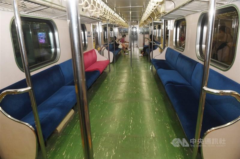 受疫情影響,搭車人潮銳減,台鐵局21日宣布第2波減班計畫。圖為一列台鐵區間車15日下午旅客顯著減少。(中央社檔案照片)