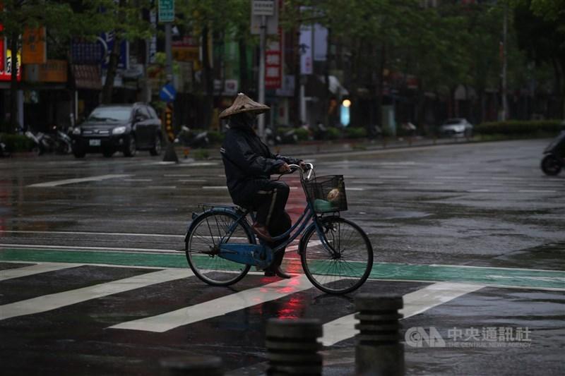 氣象專家吳德榮21日說,25至30日「梅雨季滯留鋒」將從華中一帶調整至台灣附近南北徘徊,多雨型態逐漸成形。(中央社檔案照片)