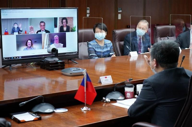 美國衛生部長貝塞拉與衛福部長陳時中(前)21日舉行視訊會議,總統蔡英文表示,貝塞拉表達美國支持台灣取得疫苗及擴大參與WHO。(圖取自facebook.com/tsaiingwen)