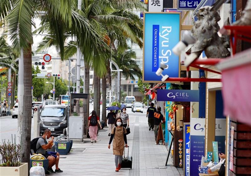 日本沖繩縣疫情升溫,日本政府決定5月23日起將沖繩納入「緊急事態宣言」對象地區。圖為21日沖繩那霸市區街道人潮稀少。(共同社)